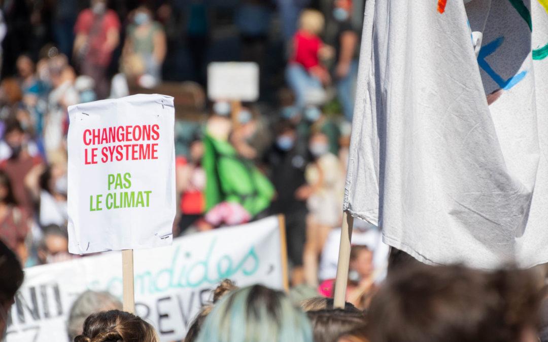 """""""Aucun être humain ne peut respirer"""" et """"Rise up for change"""" – Manifester est un droit!"""